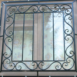 Кованые оконные решетки Стильная кованая решетка на окно Арт. Р-011 Norkovka
